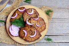 鸡肝薄煎饼用葱和莳萝 在木板和葡萄酒背景的容易的烤鸡肝脏薄煎饼 免版税图库摄影