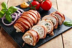 鸡胸脯充塞了希腊白软干酪和草本在烟肉 免版税库存图片