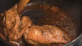 鸡胸脯用在平底深锅特写镜头录影的辣辣味番茄酱 股票录像
