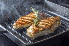 鸡胸脯用在平底锅的迷迭香 免版税库存照片