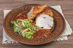 鸡胸脯用帕尔马干酪、沙拉和西红柿酱在陶瓷碗特写镜头 顶视图 插入文本的空间 图库摄影