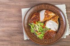 鸡胸脯用帕尔马干酪、沙拉和西红柿酱在陶瓷碗特写镜头 顶视图 插入文本的空间 免版税库存图片