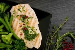 鸡胸脯的可口部分有被蒸的菜的 免版税库存图片