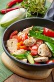 鸡胸脯肉和菜在煎锅 库存照片