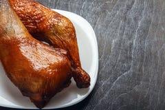 鸡腿在一块白色板材的一个格栅烹调了在特写镜头的黑背景 顶视图从上面 复制空间 豆红萝卜花椰菜食物自然字符串蔬菜 库存照片