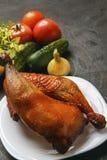 鸡腿在一棵烤肉和新鲜的有机菜烤了在黑背景 复制空间 豆红萝卜花椰菜食物自然字符串蔬菜 库存照片