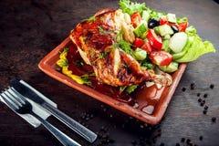 鸡腿烤了与橄榄油和沙拉 库存照片