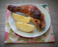 鸡腿用午餐的苹果 免版税库存照片