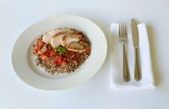 鸡膳食在一块白色板材恰好提出了在餐馆 免版税库存照片