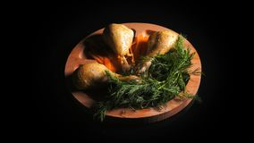 鸡膳食预算在一块木板材的 股票视频