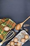 鸡蛋、厨房用具和feathes 免版税库存图片
