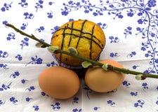 鸡蛋、杯形蛋糕和杨柳 图库摄影