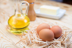 鸡蛋、油和食品成分 免版税图库摄影
