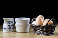 鸡蛋、牛奶和水罐在厨房用桌上 厨房用桌用食物 库存照片