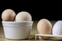 鸡蛋、牛奶和水罐在厨房用桌上 厨房用桌用食物 免版税库存图片