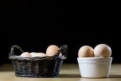 鸡蛋、牛奶和水罐在厨房用桌上 厨房用桌用食物 库存图片