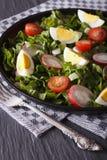 鸡蛋、萝卜和栗色接近的垂直沙拉  库存图片