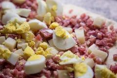鸡蛋、蒜味咸腊肠和烟肉的混合 库存照片