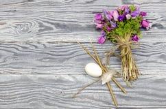鸡蛋、银莲花属花束和教会蜡烛 库存图片