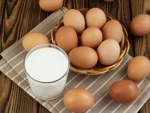 鸡蛋和一杯牛奶 免版税库存照片