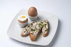 鸡蛋和单片三明治用敬酒的面包和家做了芳香凤尾鱼酱 免版税库存图片