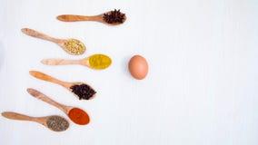 鸡蛋和各种各样的香料在桌上 股票录像