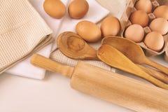 鸡蛋和器物顶视图在桌上 免版税库存图片