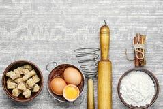 鸡蛋和小麦面粉 库存照片