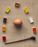 鸡蛋和油漆在桌上 免版税图库摄影