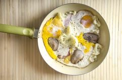 鸡蛋和烟肉在平底锅 免版税库存照片