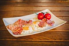 鸡蛋和烟肉早餐 免版税库存照片