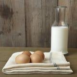 鸡蛋和牛奶在厨台 库存照片