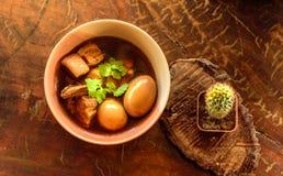 鸡蛋和猪肉在棕色沙司青蛙 库存照片