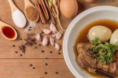 鸡蛋和猪肉在棕色沙司 免版税库存照片