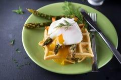 鸡蛋和芦笋 图库摄影