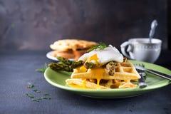鸡蛋和芦笋 库存照片