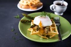 鸡蛋和芦笋 库存图片
