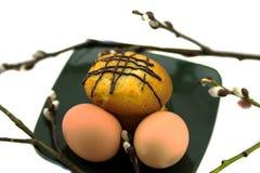 鸡蛋和蛋糕在板材和杨柳 免版税图库摄影