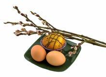 鸡蛋和蛋糕在板材和杨柳 库存照片
