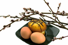 鸡蛋和蛋糕在板材和杨柳 免版税库存图片