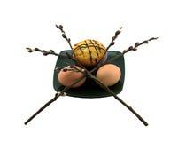 鸡蛋和蛋糕在板材和杨柳 免版税库存照片