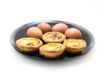 鸡蛋和酸的鸡蛋在白色背景 免版税库存图片