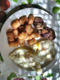 鸡蛋和香肠板材在板材 免版税库存照片