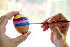 绘画鸡蛋在复活节天 免版税库存照片