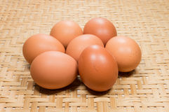 鸡蛋有编篮艺品背景 库存图片