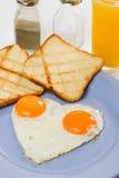 鸡蛋油煎了心形 免版税库存照片