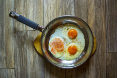 鸡蛋油煎了煎锅 库存照片