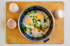 鸡蛋油煎了煎锅 免版税库存图片