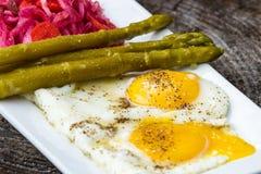 鸡蛋油煎了蔬菜 库存照片