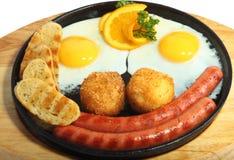 鸡蛋油煎了香肠微笑 免版税库存图片